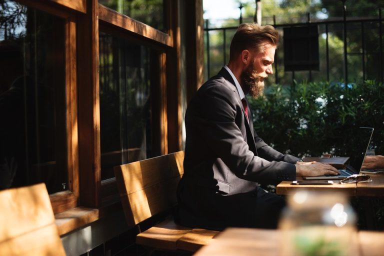 come migliorare la postura da seduti